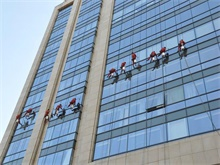 Glass curtain wall cleaning